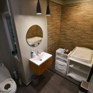 トイレには、おむつ替えの台やキッズ用補助トイレも完備!